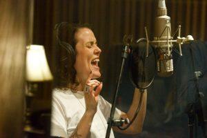 Iskwe singing